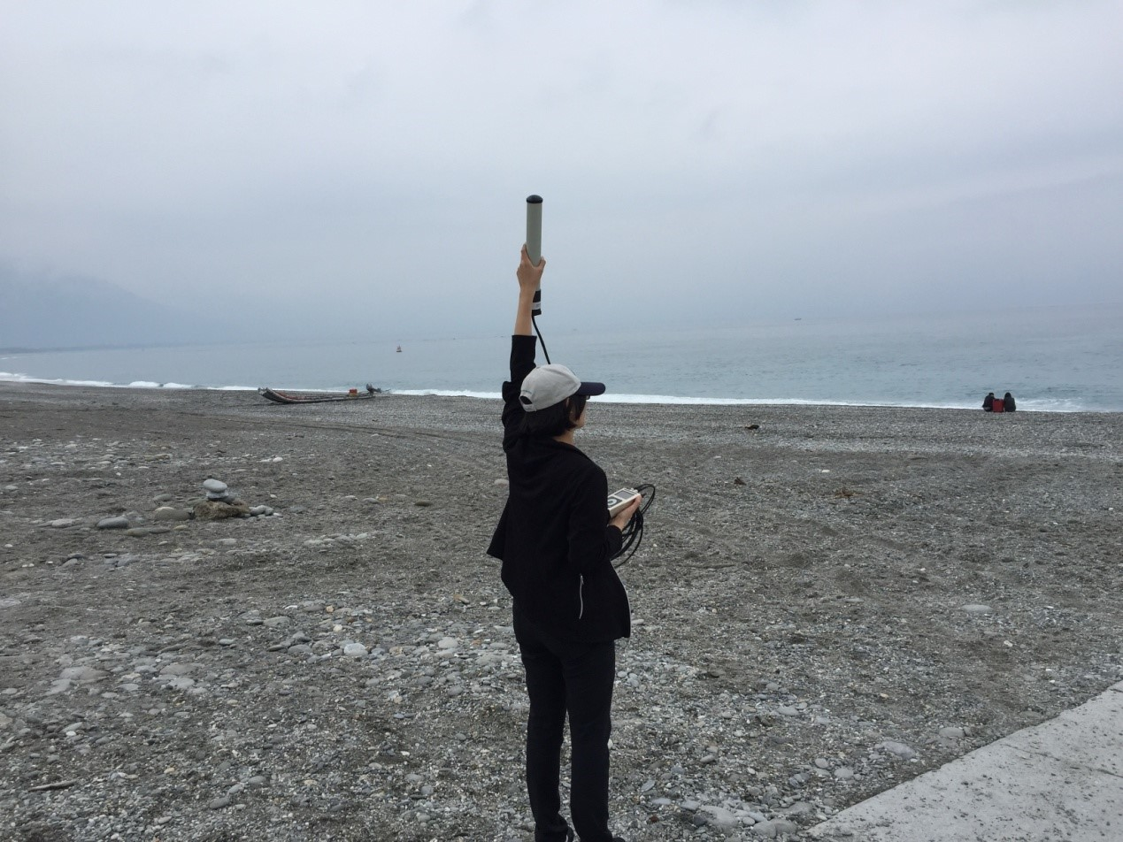 Using Argos Goniometer on the shore of Qixingtan, Eastern Taiwan, to search for the signals of the sunfish tag. Credits Tuna and Billfish Tagging Project in Taiwan